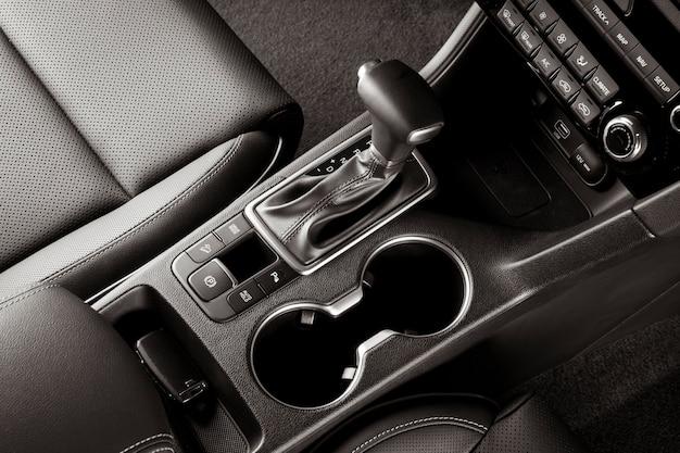 Alavanca de câmbio automática dentro de um carro novo, vista superior