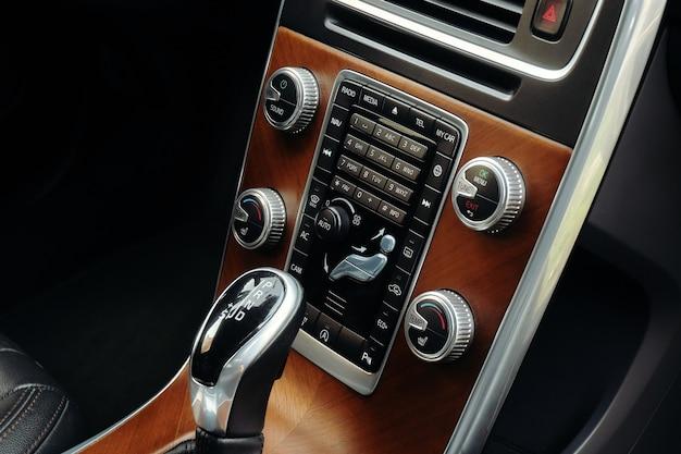 Alavanca de mudança de marcha de um carro com caixa de velocidades automática.