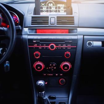 Alavanca de mudança do volante do interior do carro e painel