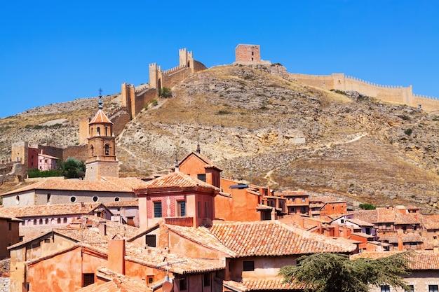 Albarracin com parede da fortaleza antiga