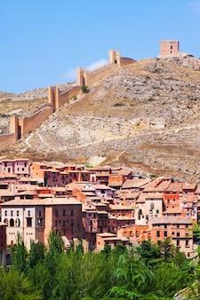 Albarracín com parede da fortaleza. espanha