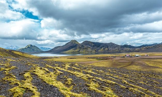 Albergue no lago na caminhada de 54 km de landmannalaugar, islândia