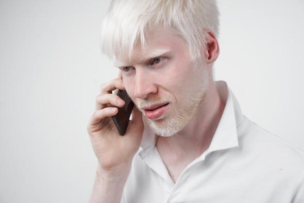 Albinismo homem albino em estúdio vestido de camiseta isolada em um fundo branco. desvios anormais. aparência incomum