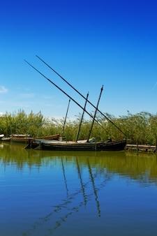 Albufera canal de barcos em el palmar de valência