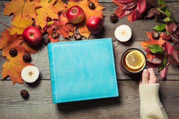 Álbum azul com espaço para texto e xícara de chá.
