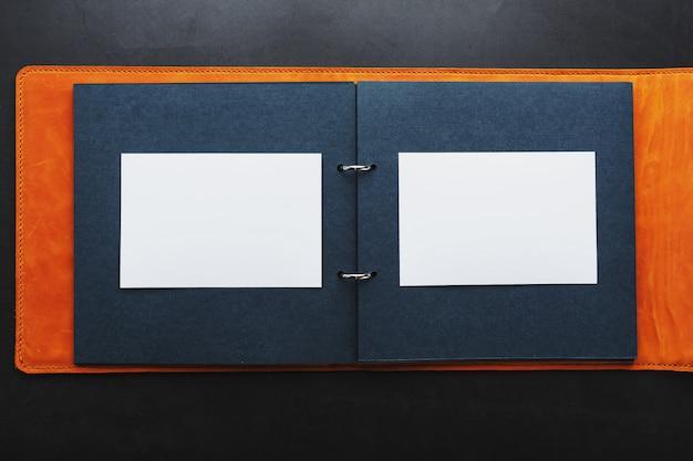 Álbum com espaço vazio para fotos, espaço livre em papel fotográfico com páginas escuras.