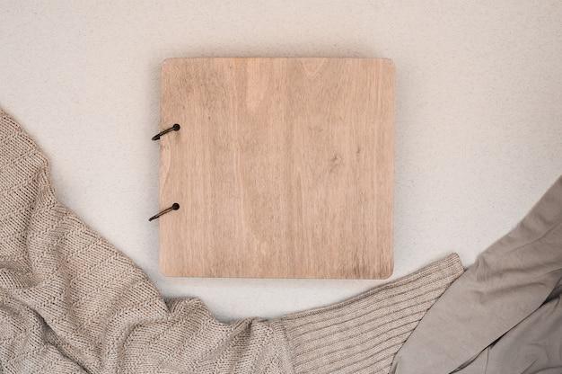 Álbum de família com capa de madeira. copie o espaço. conceito de outono. café