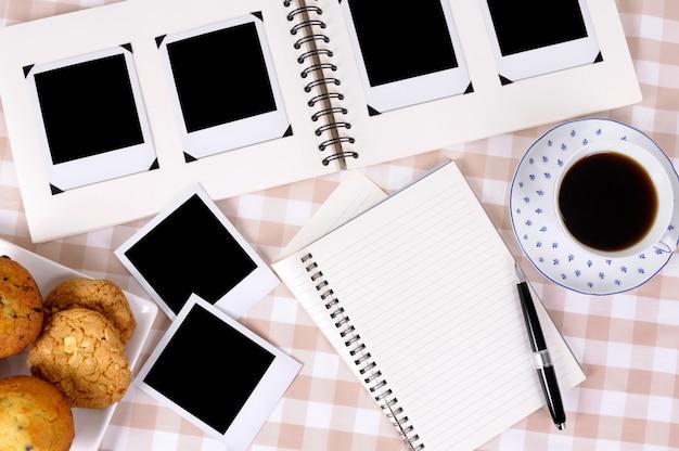 Álbum de fotos com café e caderno