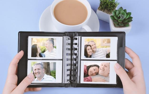 Álbum de fotos com fotos instantâneas de casal de meia-idade