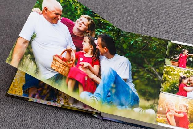 Álbum de fotos da família, fim de semana de verão, morangos