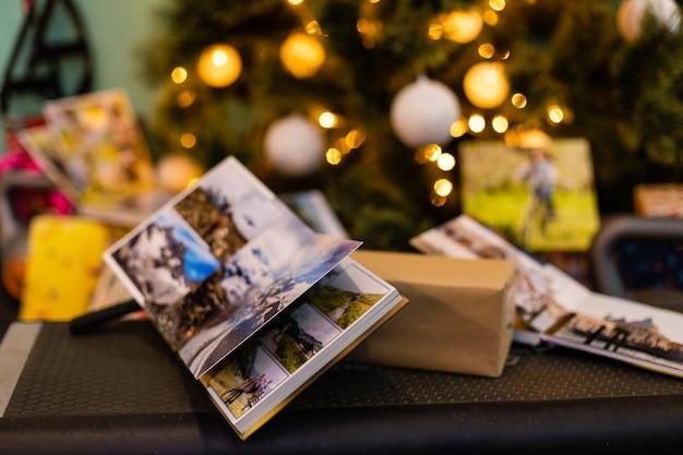Álbum de fotos de família perto da árvore de natal