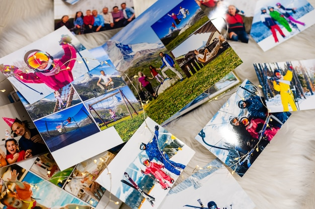 Álbum de fotos em memória e saudade do natal, inverno, em piso de madeira. foto da câmera retro - estilo vintage e retro, vista superior