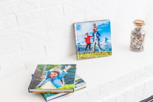 Álbum de fotos infantil deitado na lareira