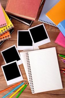 Álbum de fotos na mesa do estudante