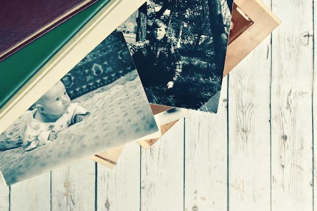 Álbum de fotos retrô em papel velho com fotos de bebê. arquivo de família.