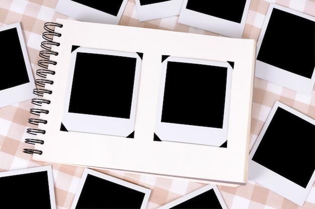 Álbum de fotos rodeado por impressões de fotos em branco