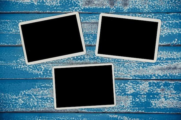 Álbum de quadro de foto em branco na madeira azul velha