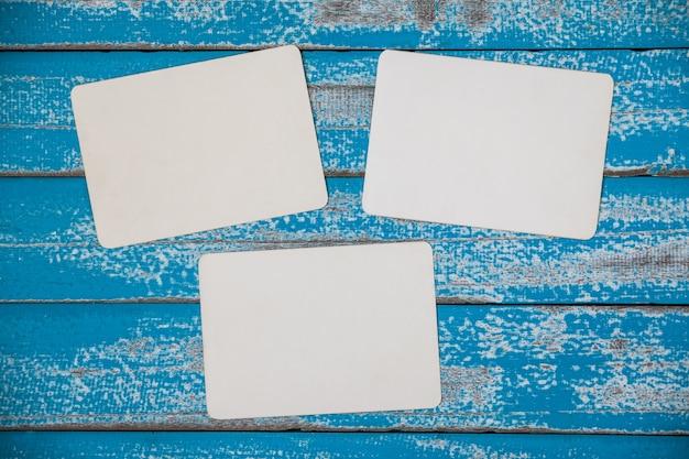 Álbum de quadro de foto em branco na madeira azul velha Foto Premium