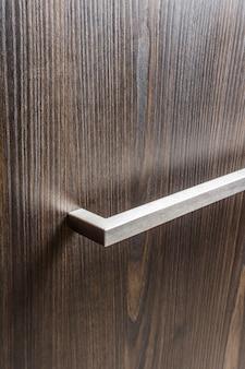 Alça de metal na porta do armário