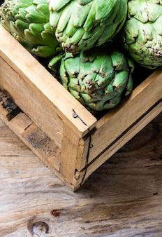 Alcachofra. caixa de alcachofra fresca. conceito de colheita. espaço da cópia