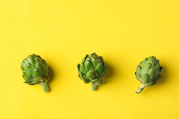 Alcachofra no conceito de alimentação saudável de fundo amarelo