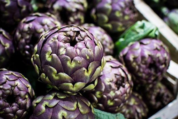 Alcachofra roxa orgânica em um mercado de agricultores locais