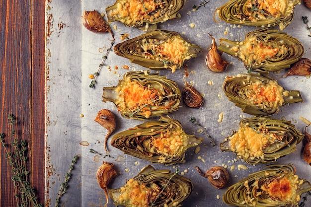 Alcachofras assadas com queijo e alho