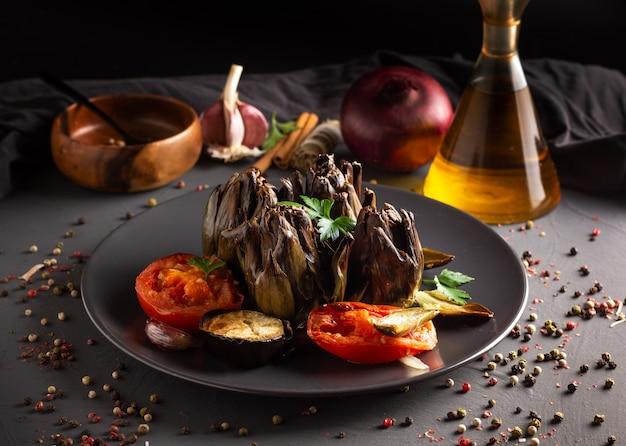 Alcachofras com tomate e berinjela assada