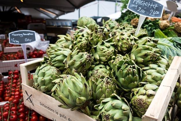 Alcachofras frescas no mercado