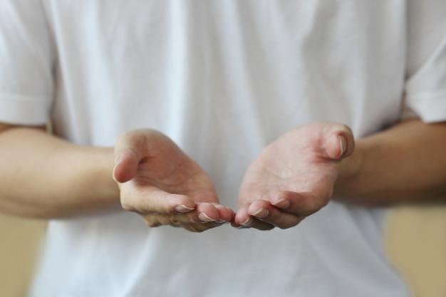 Alcançando as mãos em concha