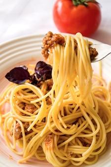 Alças longas de espaguete enroladas no garfo