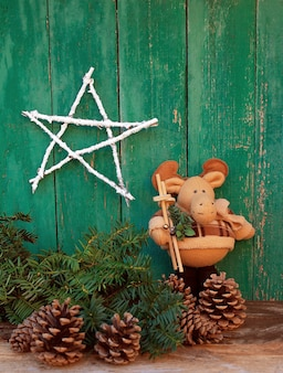 Alces de brinquedo e decorações de natal sobre velhas tábuas de madeira verdes
