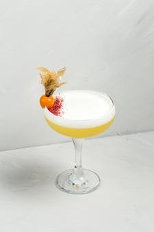 Álcool azedo doce cocktail decorado physalis