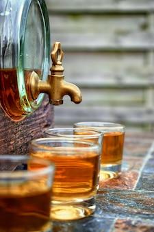 Álcool, bebida conceito-óculos com uísque