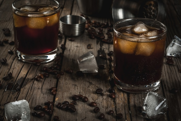 Álcool. bebidas, boozy preto russo cocktail com vodka e licor de café na mesa de madeira rústica. copie o espaço