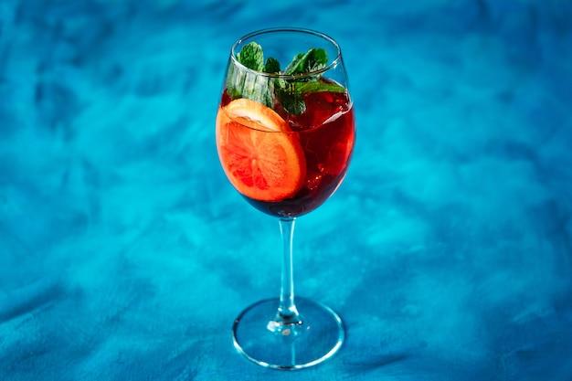 Álcool cocktail laranja hortelã enfeite copo de vinho