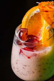 Álcool coquetel uvas laranja vodka licor vista lateral
