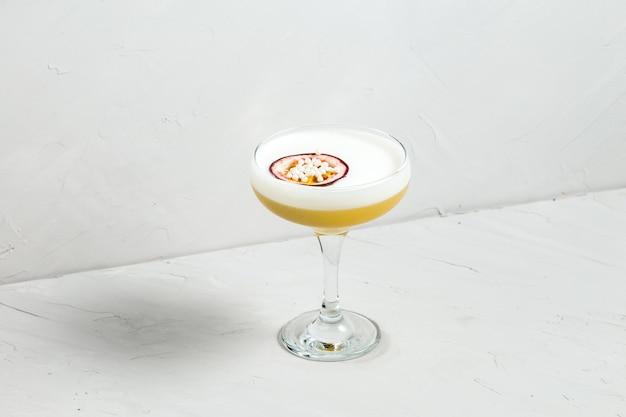 Álcool doce espuma azeda cocktail maracujá
