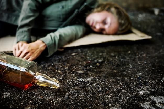 Alcoólico no chão