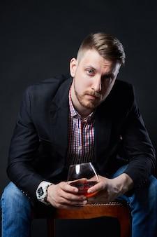 Alcoolismo masculino, homem com um copo de álcool na mão. doença de dependência de álcool, mau hábito, alívio do estresse por meio do álcool. alcoólatra anônimo