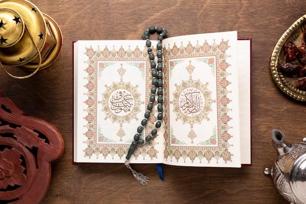 Alcorão aberto com vista superior tasbih