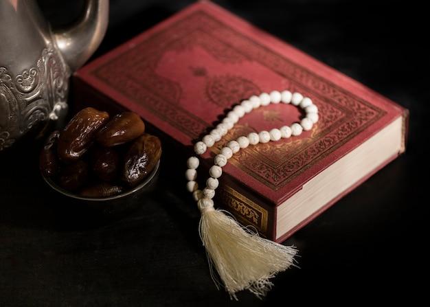 Alcorão de alto ângulo para a celebração do dia do ramadã
