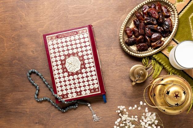 Alcorão e grânulos de oração na mesa de madeira
