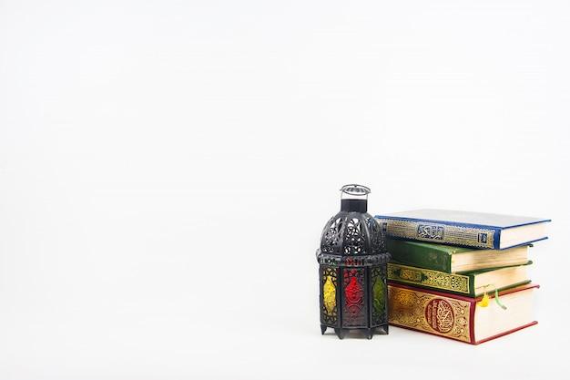 Alcorão, livro sagrado dos muçulmanos com estilo lanterna iluminada árabe ou marrocos