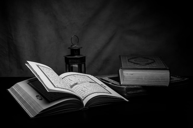 Alcorão - livro sagrado dos muçulmanos em cima da mesa, ainda vida