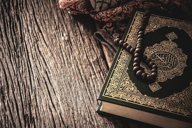Alcorão - livro sagrado dos muçulmanos, item público de todos os muçulmanos sobre a mesa, natureza morta.