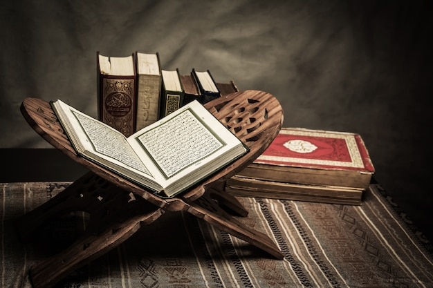 Alcorão - livro sagrado dos muçulmanos (item público de todos os muçulmanos) sobre a mesa