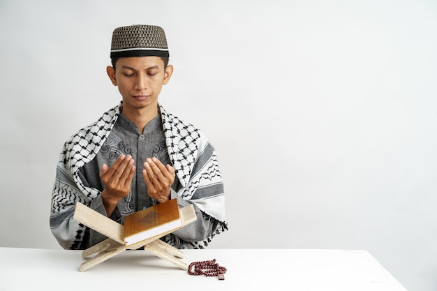 Alcorão muçulmano masculino da leitura