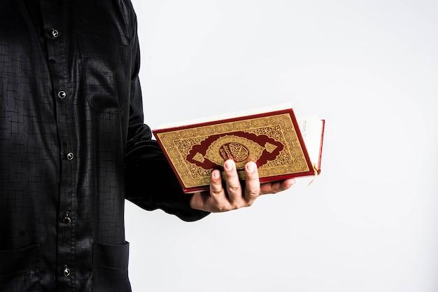 Alcorão na mão - livro sagrado dos muçulmanos (item público de todos os muçulmanos) alcorão na mão