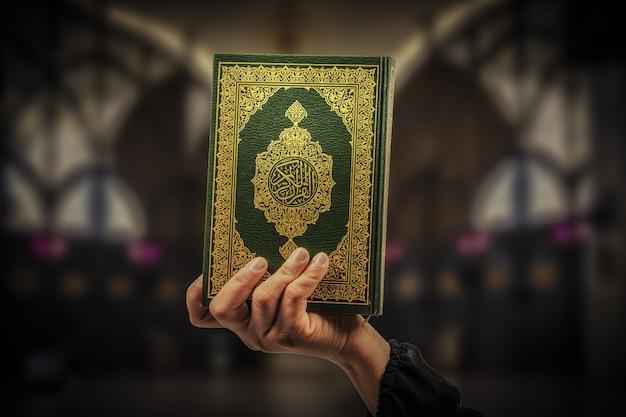Alcorão na mão - livro sagrado dos muçulmanos